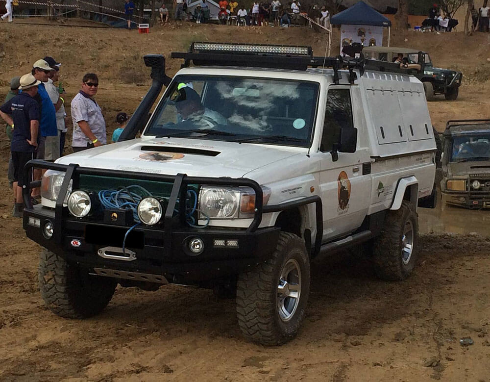 RSI-SMARTCANOPY®-Toyota-Land-Cruiser-Canopy-DCab-White-Front-View-4X4-Track
